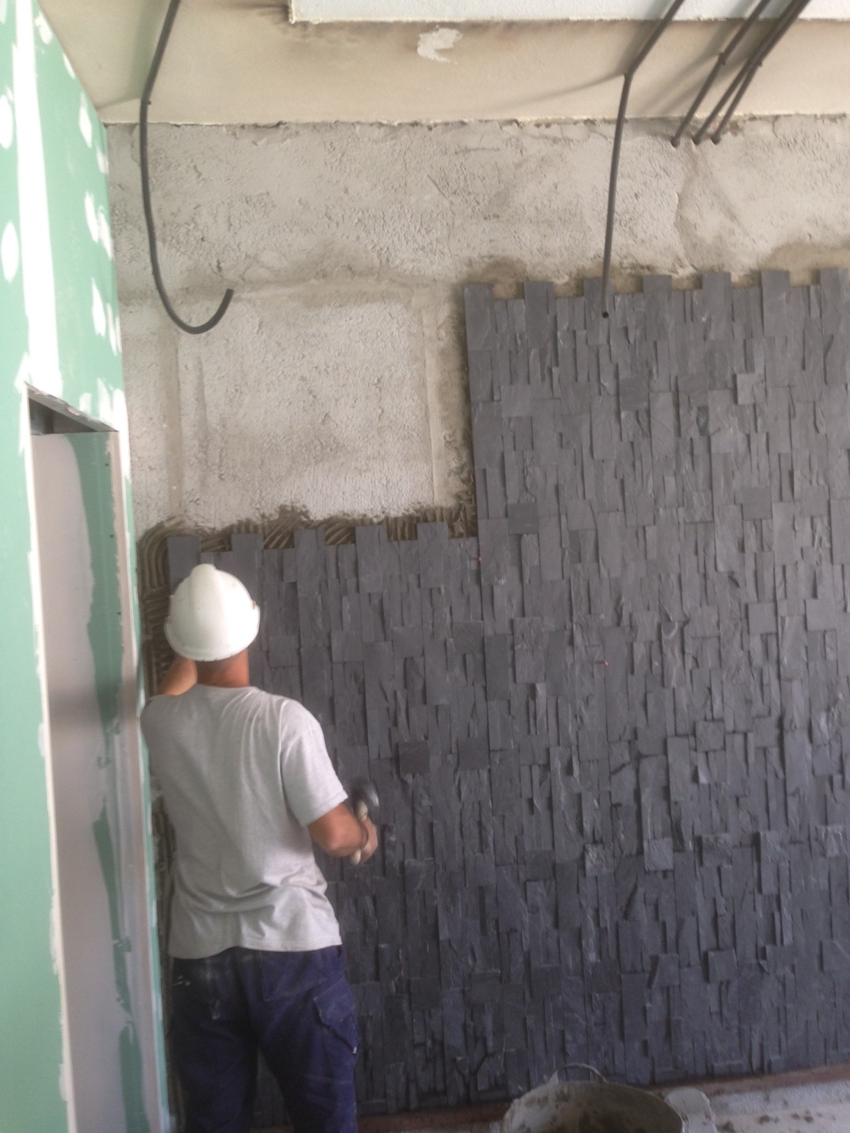 Alicatado de piedra en interior de casa
